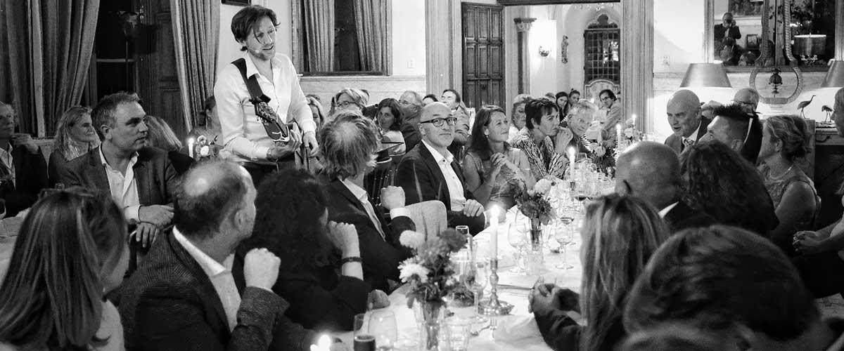 Akoestische muziek tijdens een diner met gitarist zanger Bowe op gitaarduo.nl