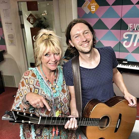 Bowe - Akoestisch optreden op NPO Radio 5 bij Manuela Kemp en Henkjan Smits. Gitarist zanger live muziek.