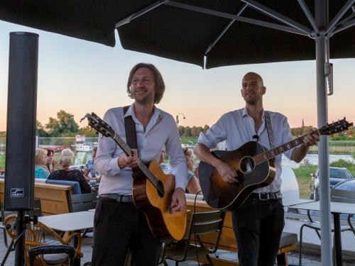 Mobiel versterkt optreden van Gitaar duo The Acoustics
